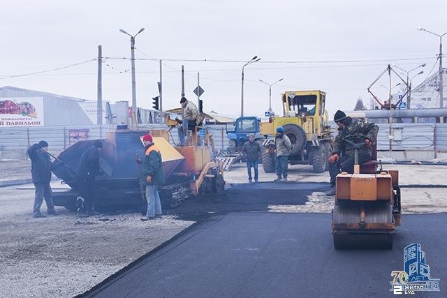 Выполняется асфальтирование перекрестка у станции метро «Героев Труда»