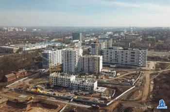 """В секции А2 дома №2 ЖК """"Пролiсок"""" строители завершают монтаж вертикальных конструкций последнего этажа"""