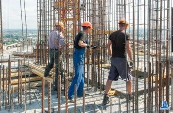 """Во второй секции МФК """"Манхэттен"""" устанавливают вертикальные конструкции четырнадцатого этажа"""